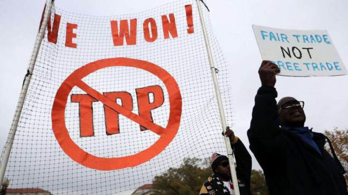 """Trump había prometido retirar a EE.UU. del TPP y, en su lugar, negociar acuerdos comerciales bilaterales """"que generen empleos e industria en EE.UU. otra vez""""."""