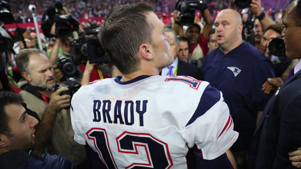 Camiseta robada a Tom Brady en el Super Bowl aparece en manos de periodista mexicano