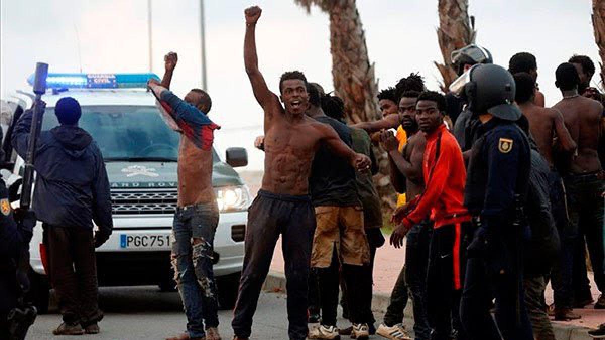 Unos 300 migrantes entran en España forzando la valla de Ceuta