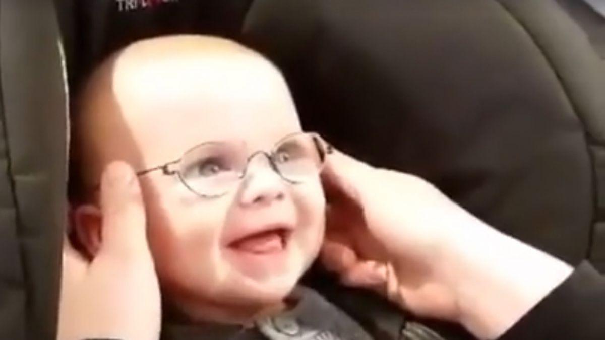 d42e8077b2 La adorable reacción de un bebé al usar lentes y ver con claridad a su madre