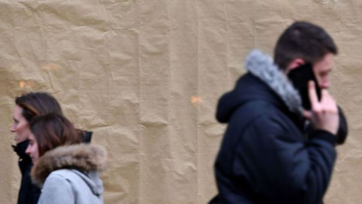 """Peatones con teléfonosDerechos de autor de la imagenGETTY IMAGES Image caption Puig dice que no echa nada de menos al estar desconectado. """"Utilizo internet para muy poco. Básicamente para el correo electrónico""""."""