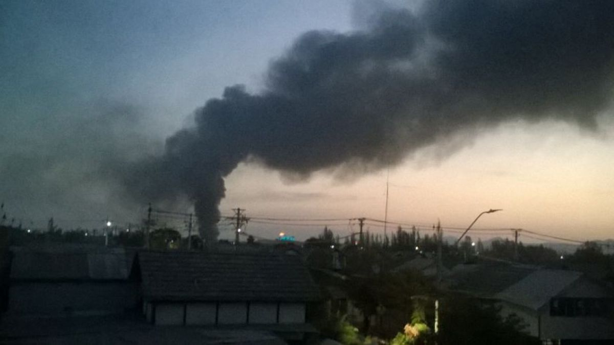 Incendio en fábrica de San Bernado genera nube de humo negro en parte de Santiago