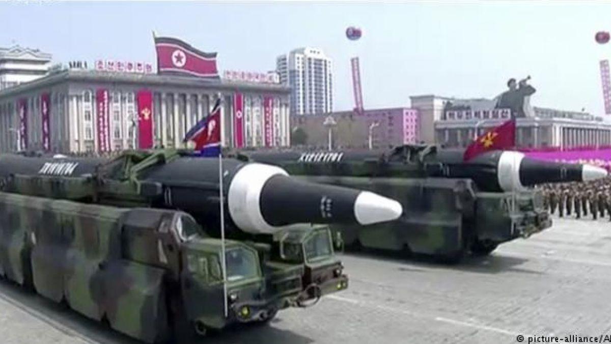 Corea del Norte exhibe posible nuevo misil de largo alcance en desfile militar