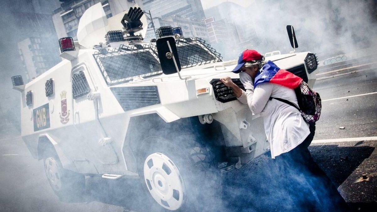 Lo que se sabe de la mujer que paró una tanqueta durante las protestas en Caracas