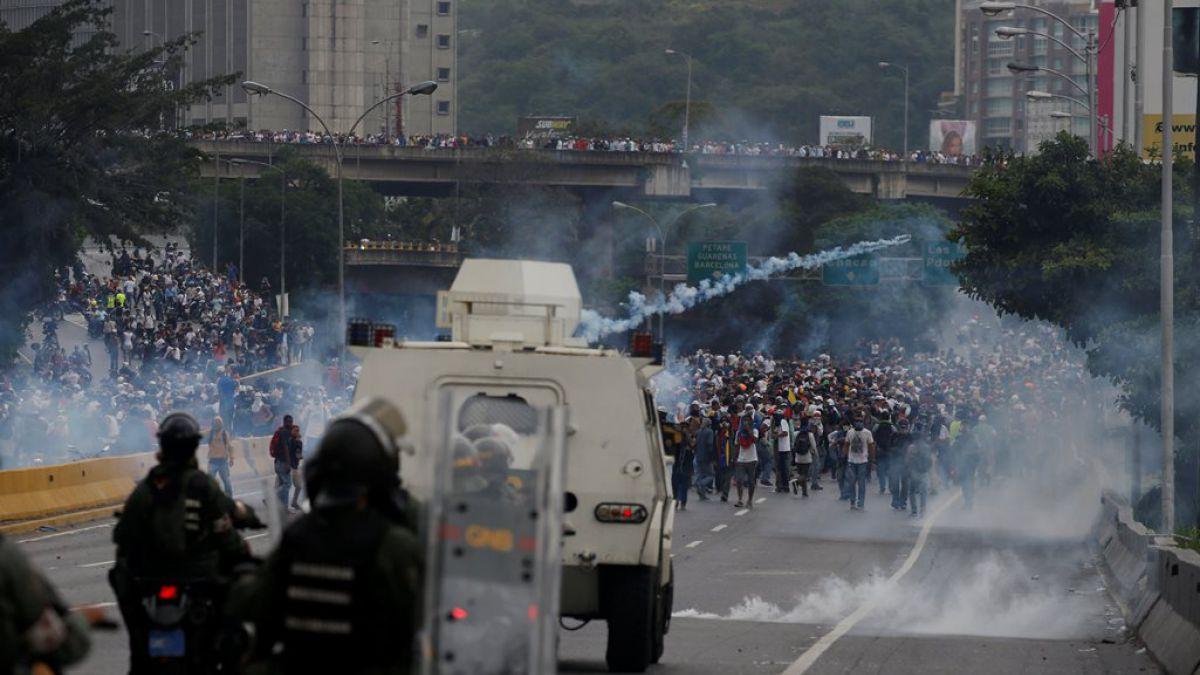 Choques con la policía y disturbios en nueva marcha de opositores en Venezuela