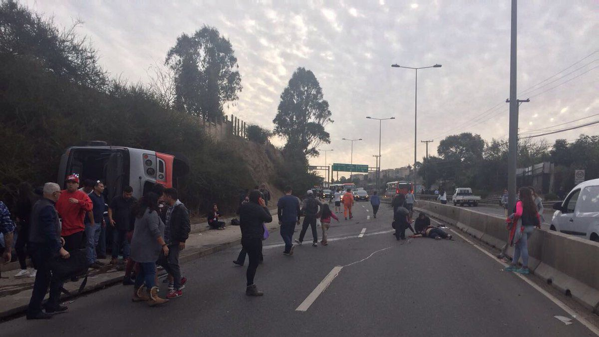 Viña del Mar: Volcamiento de microbus deja un muerto y 20 lesionados