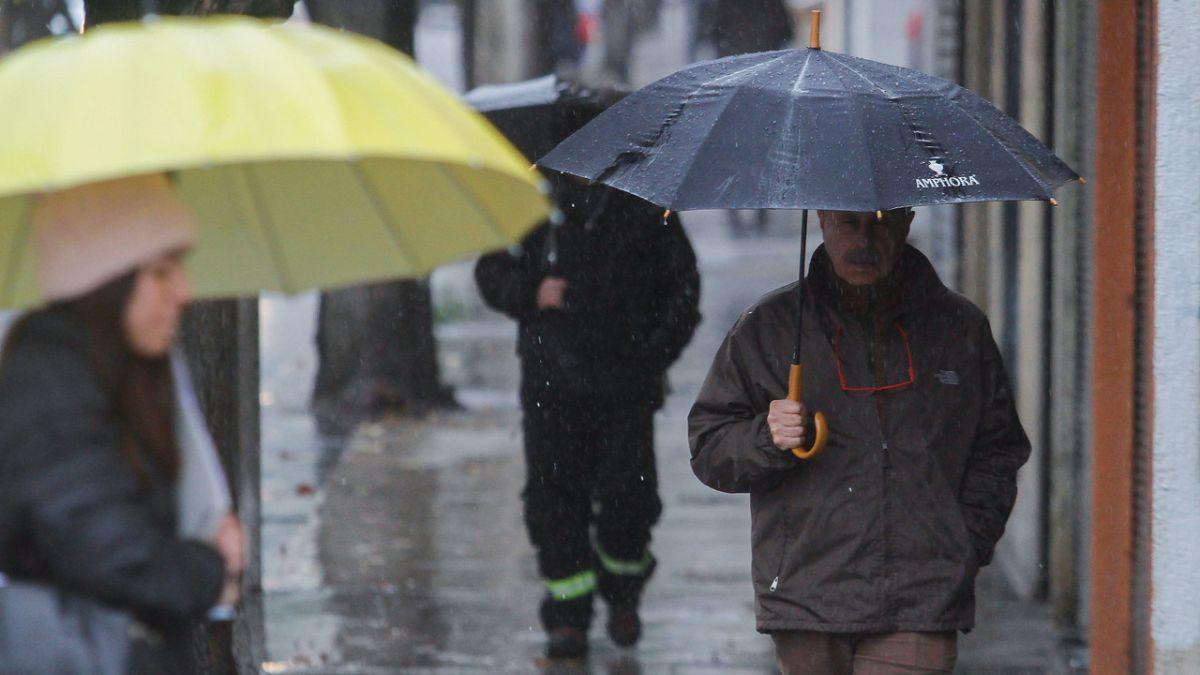 Semáforos apagados, cortes de luz y anegamientos de calles — Lluvias en Santiago