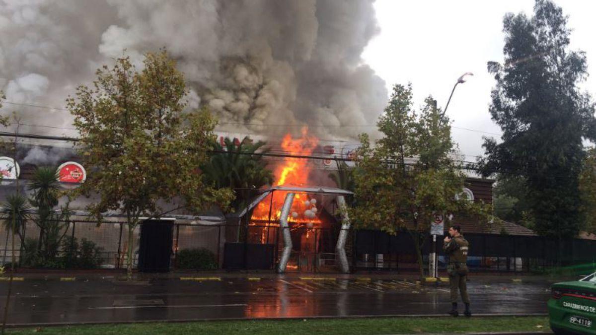 Incendio afecta a discoteque Las Urracas en Vitacura