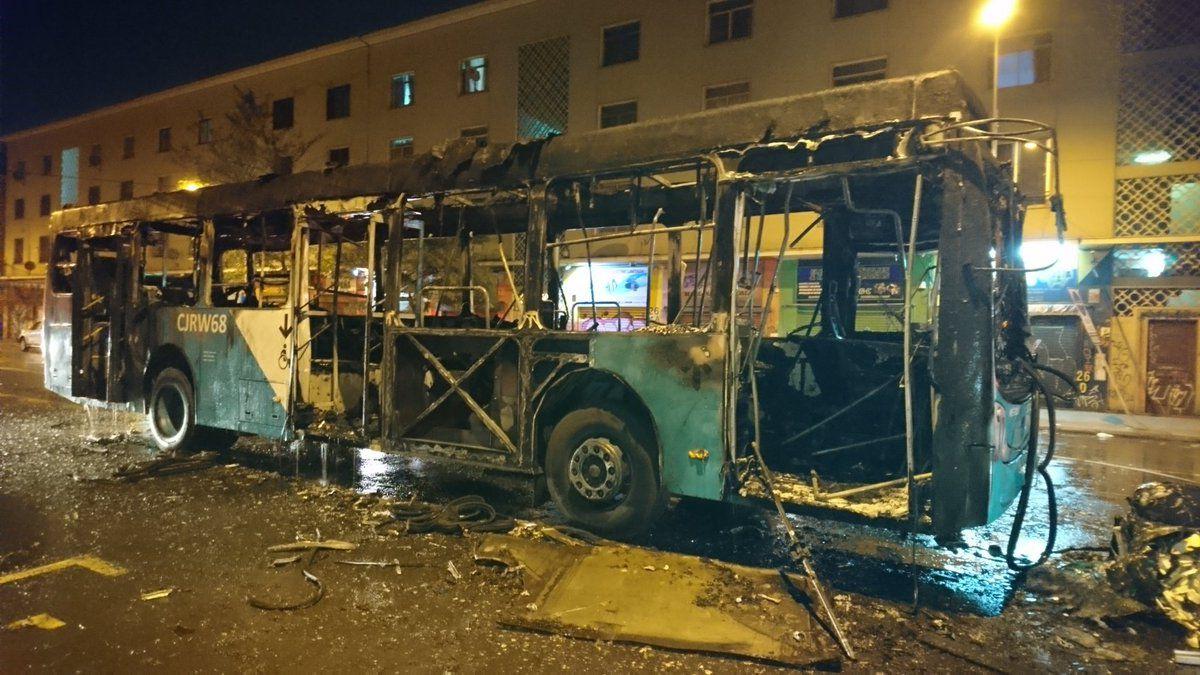 Desconocidos queman bus del Transantiago en Estación Central