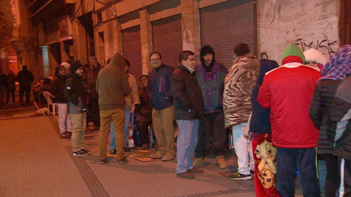 Padres pasaron noche haciendo fila para conseguir matrícula en colegio