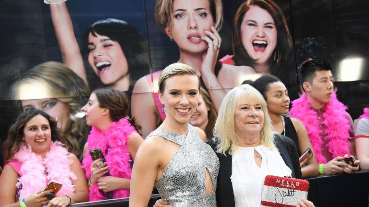 Scarlett Johansson se reúne con su doble de 72 años