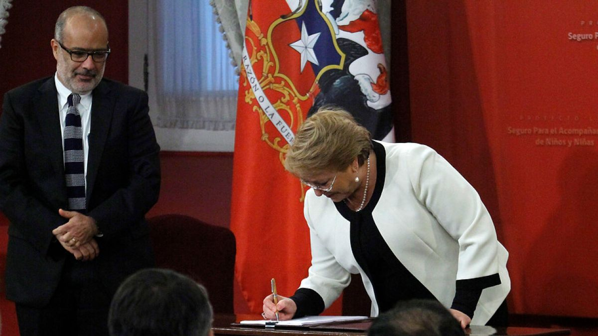 Bachelet firma proyecto para otorgar licencia a padres con hijos con enfermedades graves