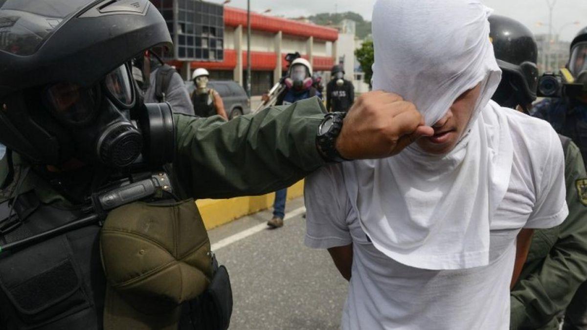 Casi 300 guardias heridos por violencia opositora en Venezuela