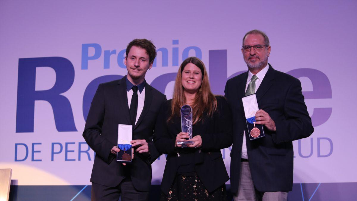 Periodistas de Canal 13 reciben premio Roche de periodismo en Salud por reportaje sobre Alzheimer