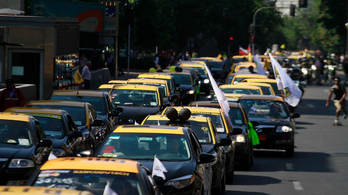 Taxistas realizarán este lunes nueva manifestación contra Uber y Cabify