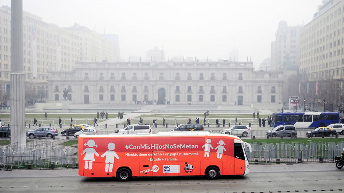Manifestaciones marcan inicio del recorrido del Bus de la libertad por Santiago