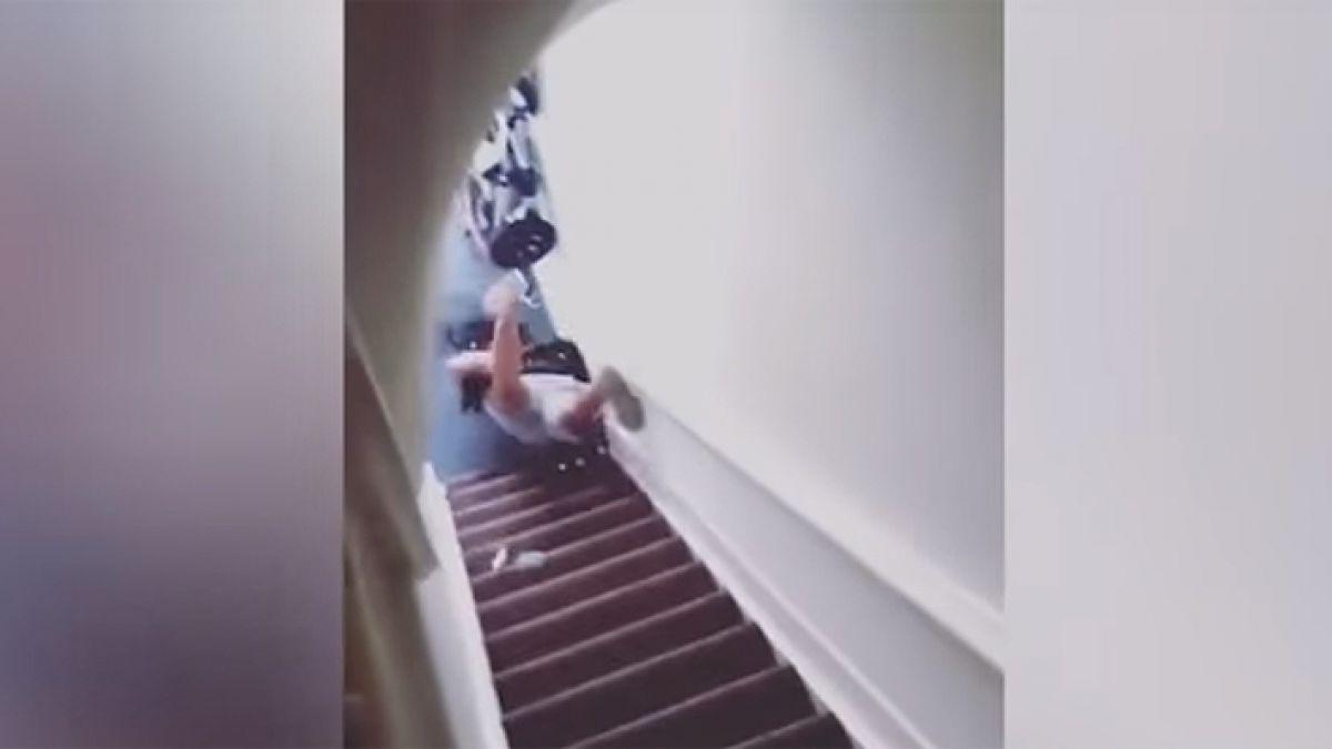La tira de las escaleras por no dejar la habitación a tiempo