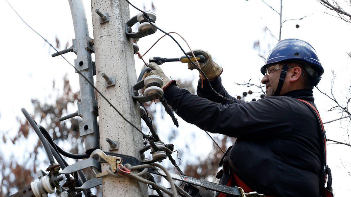 Enel espera reponer hoy totalidad del servicio eléctrico y se abre a posibilidad de soterrar cables