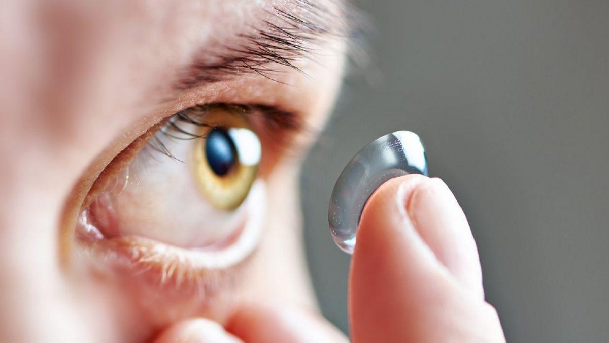 9a587ac3d2 Mujer vivió años con una masa de 27 lentes de contacto que olvidó retirar de  sus