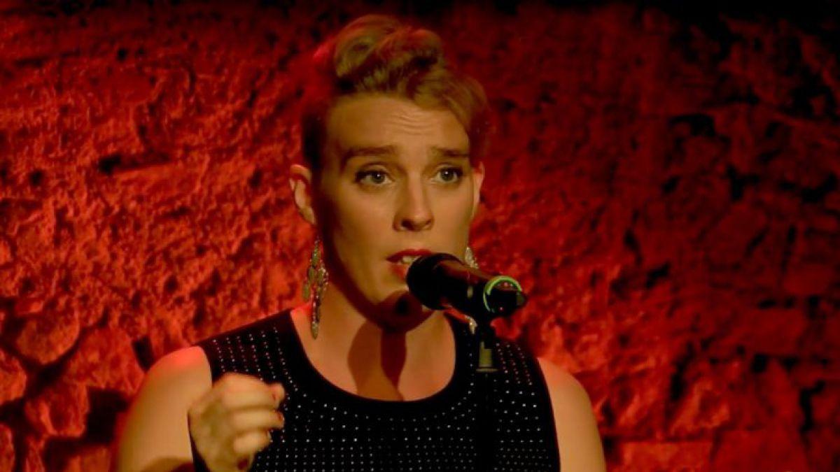 Cantante francesa muere durante una actuación en vivo