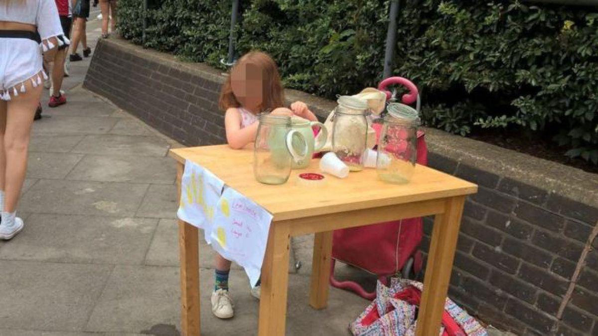 Niña de 5 años es multada por vender limonadas