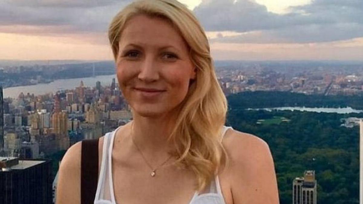 Profesora es suspendida de por vida por tener relaciones con alumno en baño de un avión