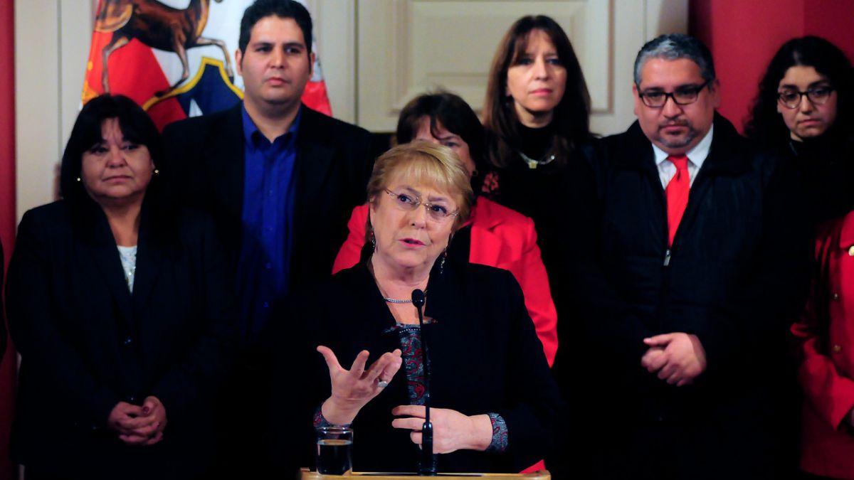 Bachelet presenta aumento de salarios para profesores:
