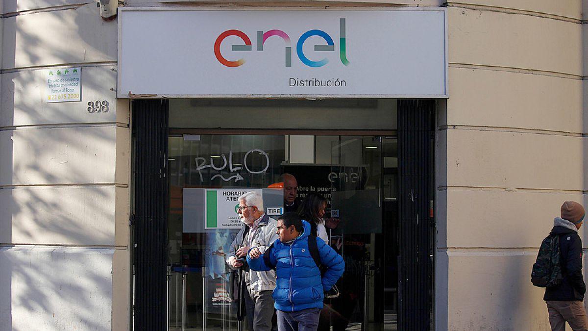 Sernac presenta demandas colectivas contra Enel, CGE y otras nueve eléctricas