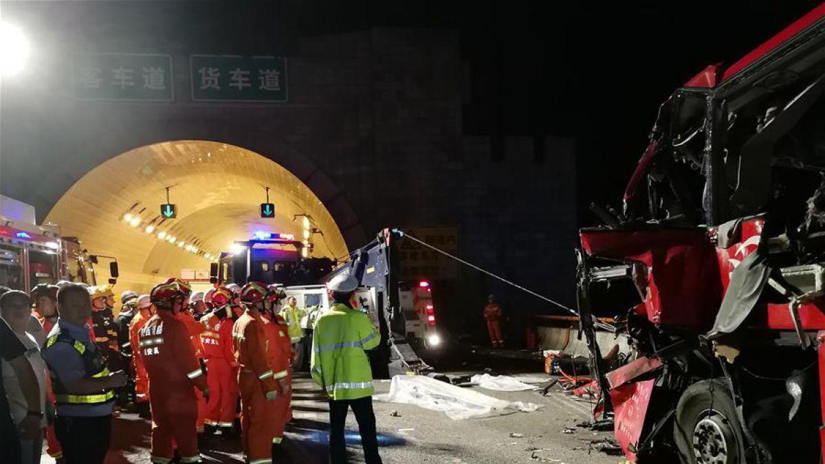 Mueren 36 personas al chocar autobús en carretera de China