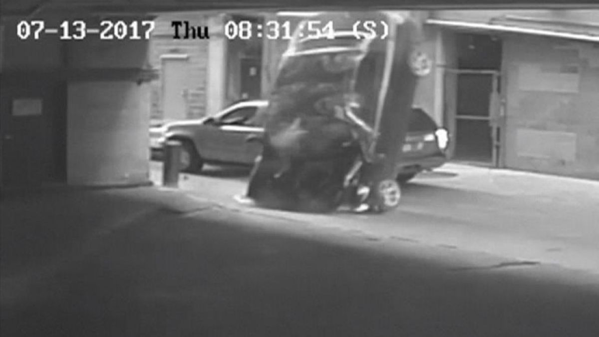 Un auto cae del séptimo piso de estacionamiento