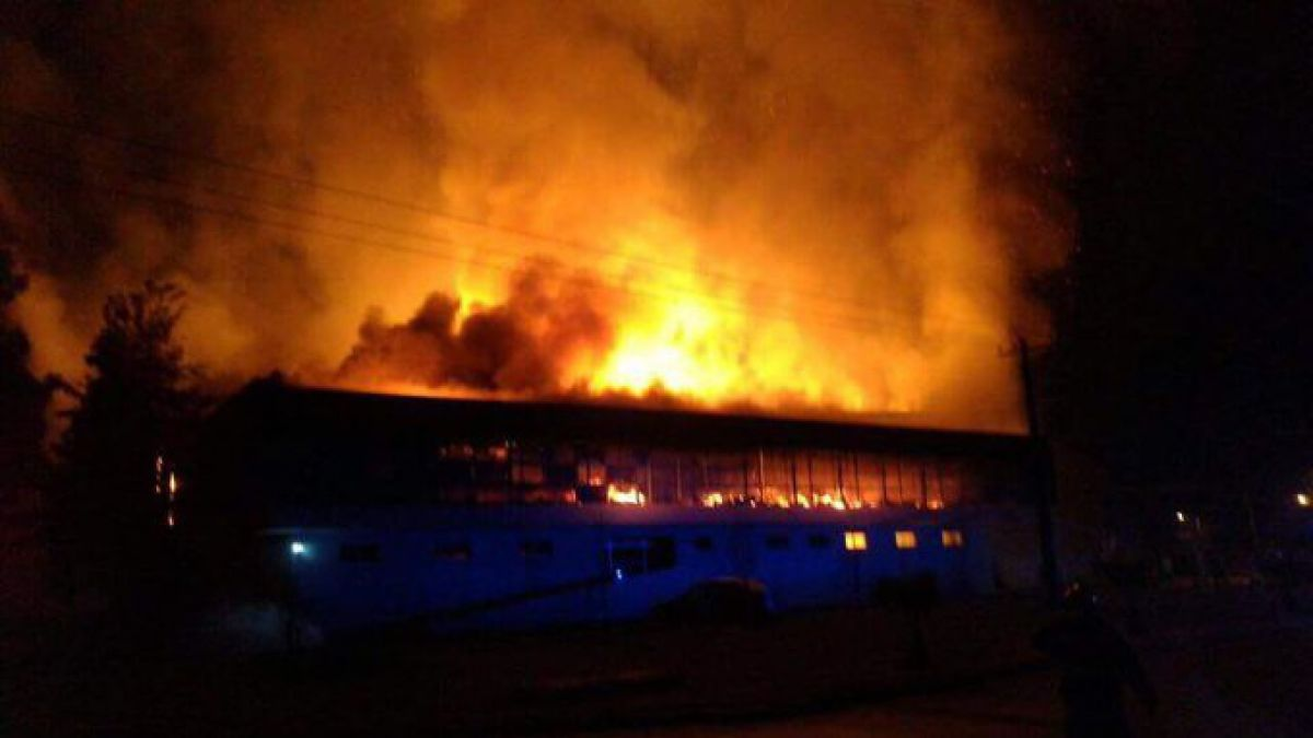 Incendio afecta a papelera de Isla de Maipo