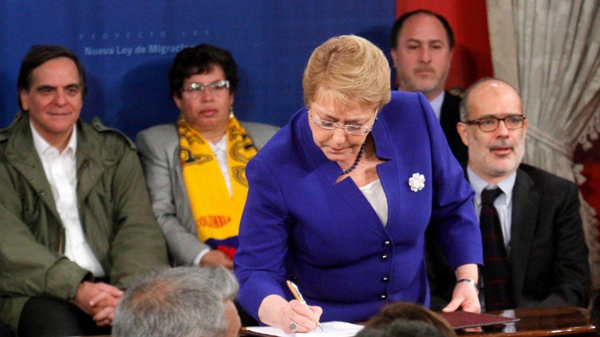 Bachelet firma proyecto de ley de migraciones: Estamos proponiendo reglas claras