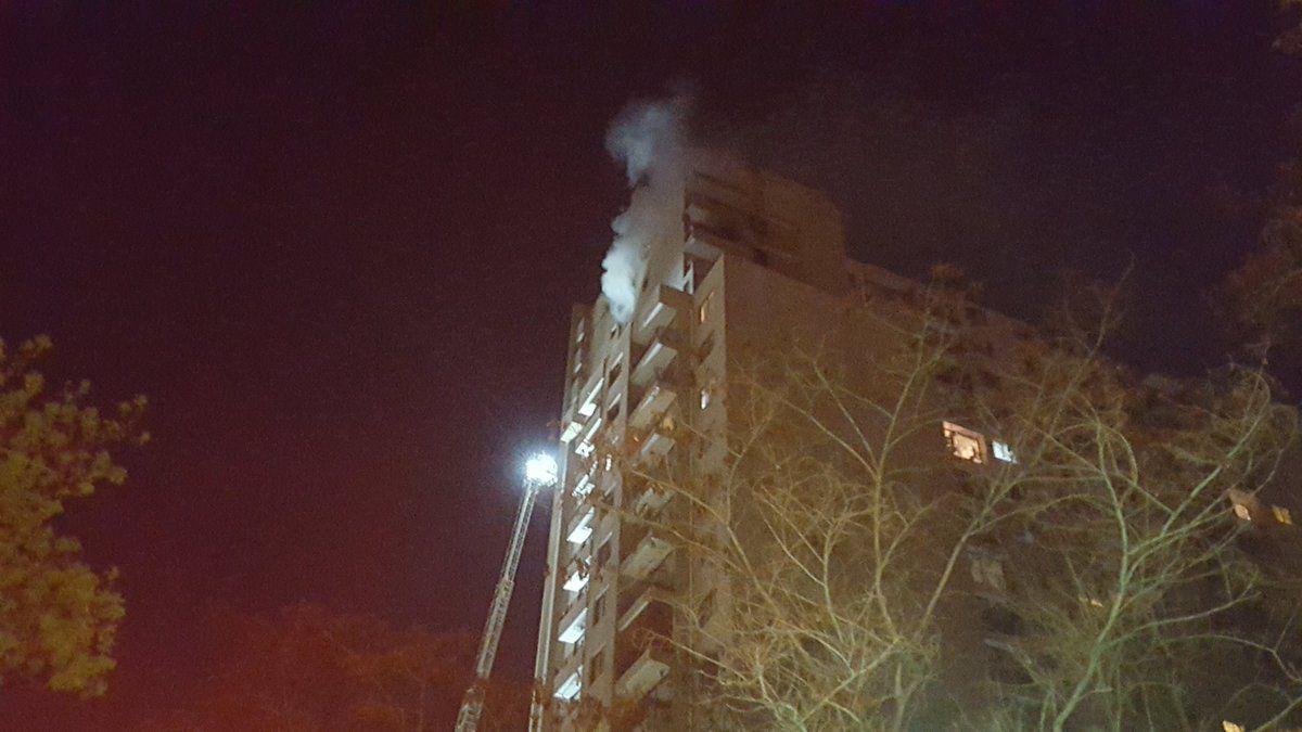 Incendio afecta a edificio en centro de Santiago