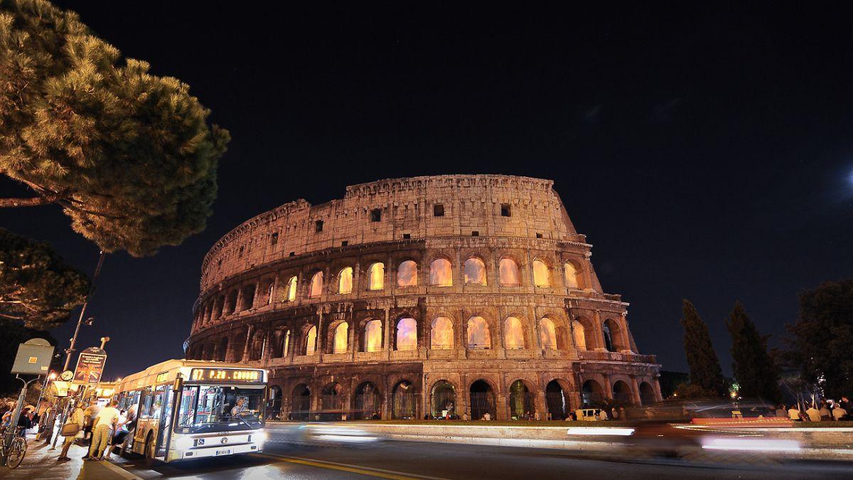 Detienen a dos turistas chilenos por intentar robar trozos del Coliseo romano