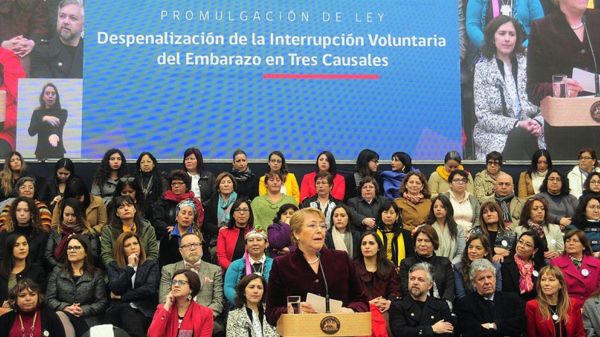 Bachelet promulga despenalización de aborto: No solo han ganado las mujeres, ganó la democracia