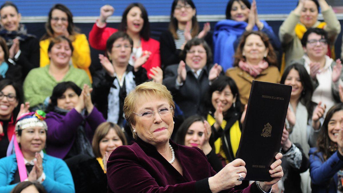 Bachelet firmó el proyecto de despenalización del aborto en tres causales