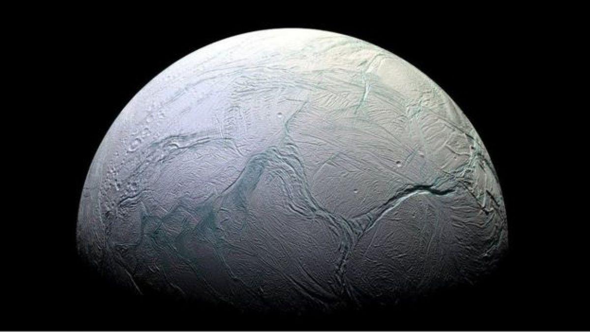 Esta foto de la luna Encélado tomada en 2008 muestra su superficie helada.
