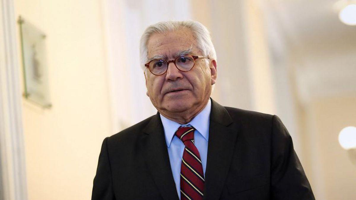 """Ministro Fernández aseguró que el Papa """"no debería correr peligro"""" después de ataques incendiarios"""