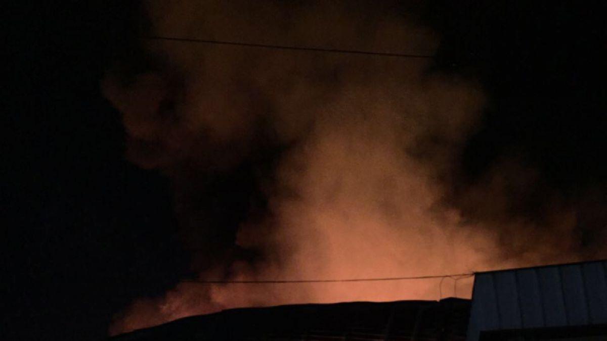 Incendio en fábrica de plásticos en Macul moviliza a más de 15 compañías de Bomberos.