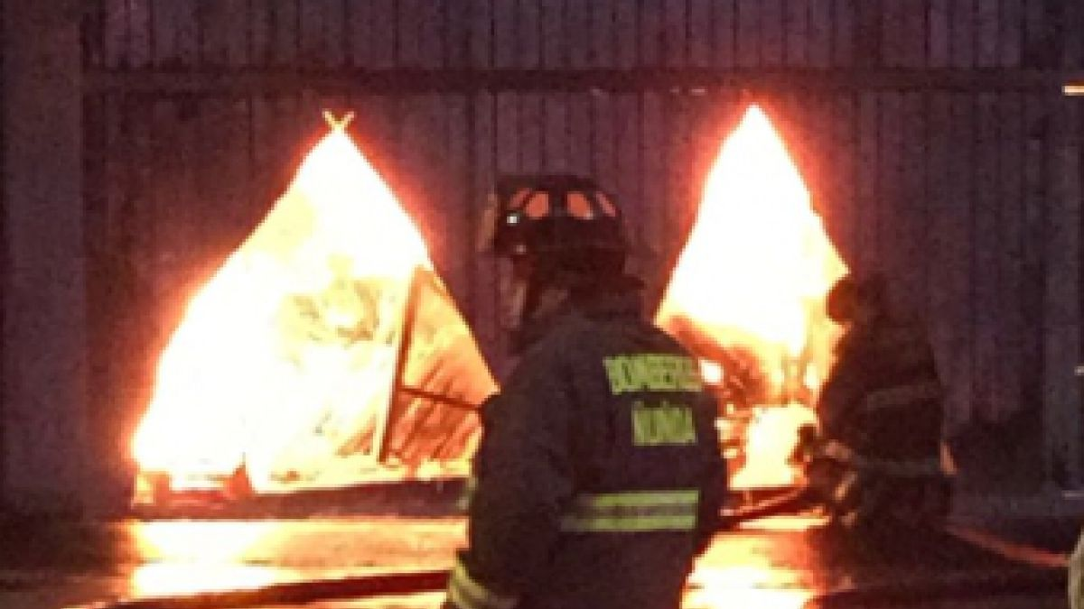 Incendio afectó a fábrica de plásticos en Macul