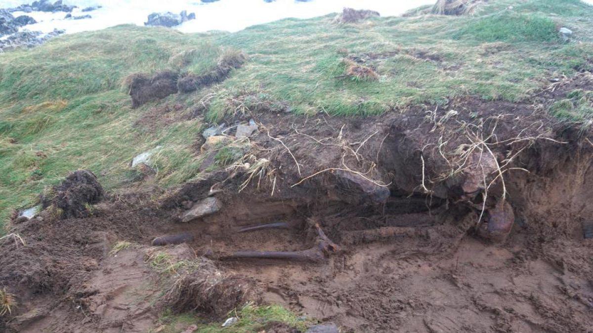 Irlanda: Huracán Ophelia dejó al descubierto milenario esqueleto humano