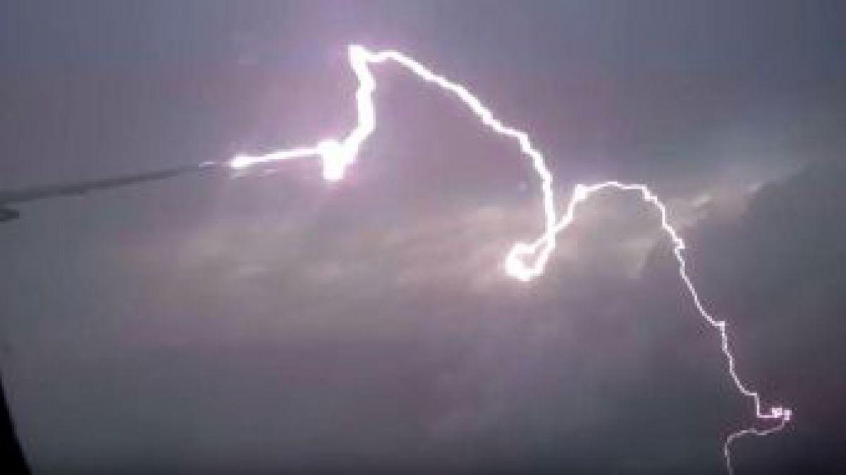 Increíble: niño de 12 años fue grabado en el patio de su casa mientras lo impactaba un rayo