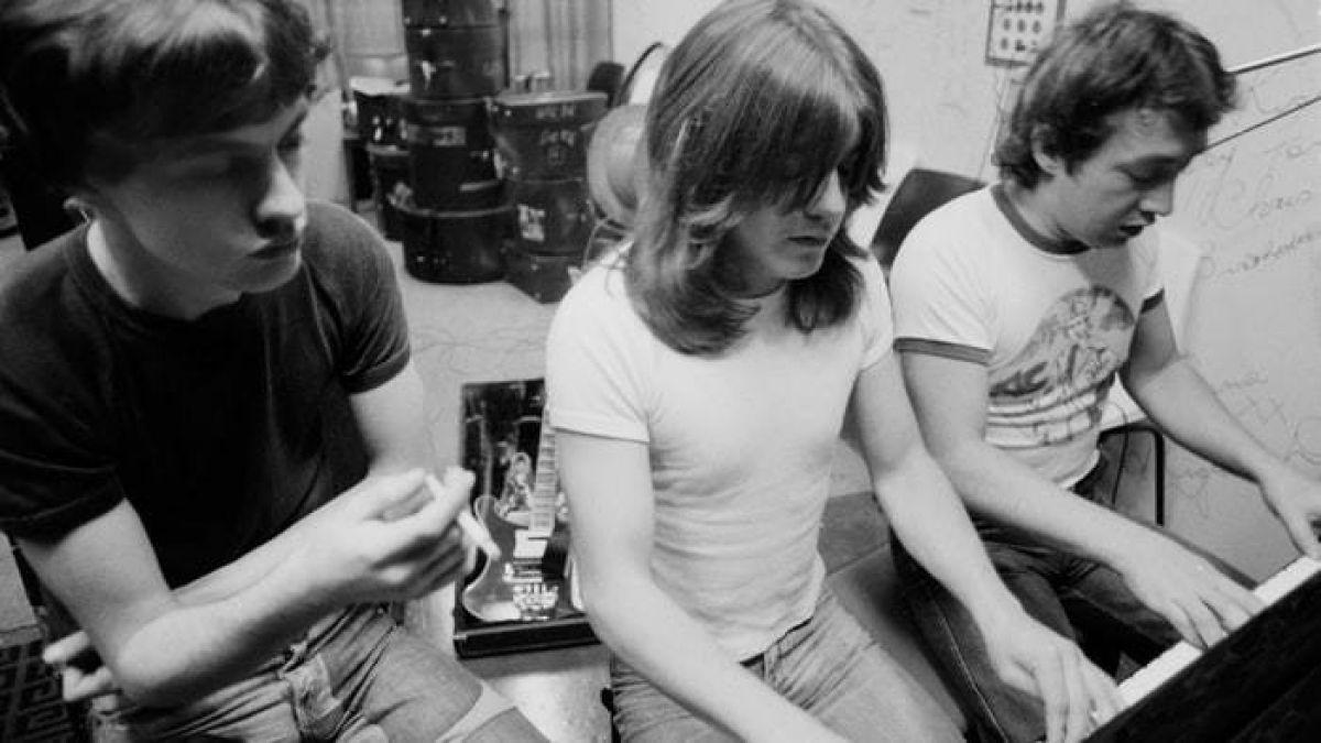 GeorgeYoung (a la izquierda) junto a sus hermanos y fundadores de AC/DC