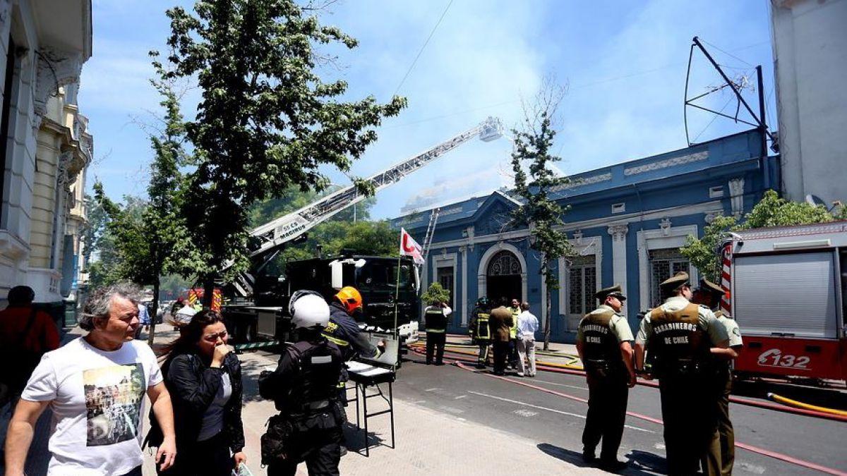 Bomberos controla incendio en sede de UTEM en barrio universitario