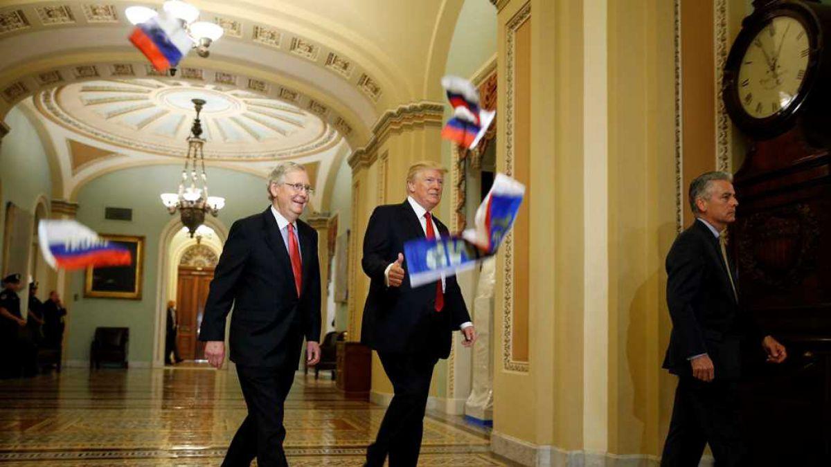 Supuesto reportero lanza banderas rusas a Trump y lo acusa de traidor