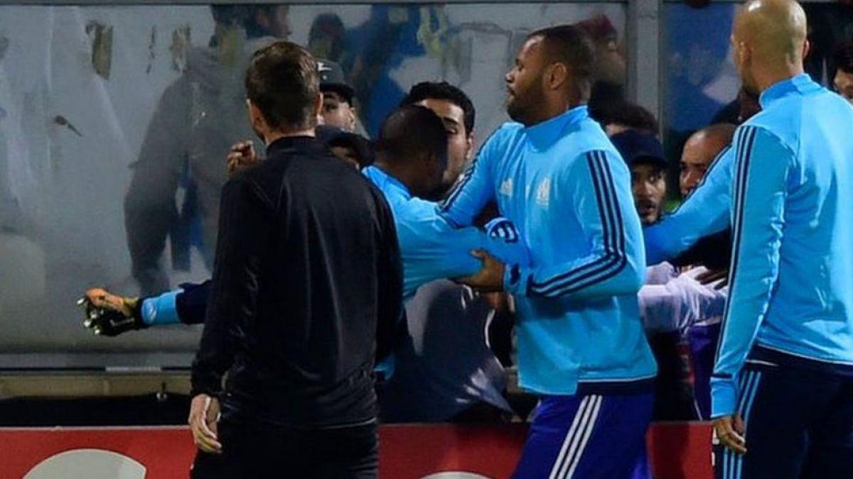 La impactante patada a la cabeza de Patrice Evra a un fanático de su propio equipo