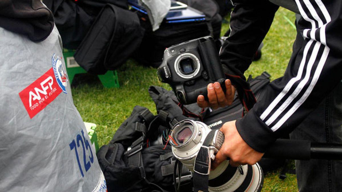Mauricio Pinilla ofrece disculpas tras dañar cámara de reportero gráfico