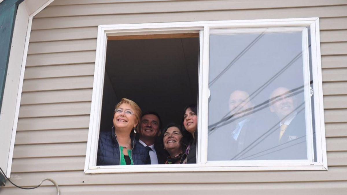 Bachelet entrega viviendas sociales en el sur: Esto no es un regalo, es el  Estado que responde