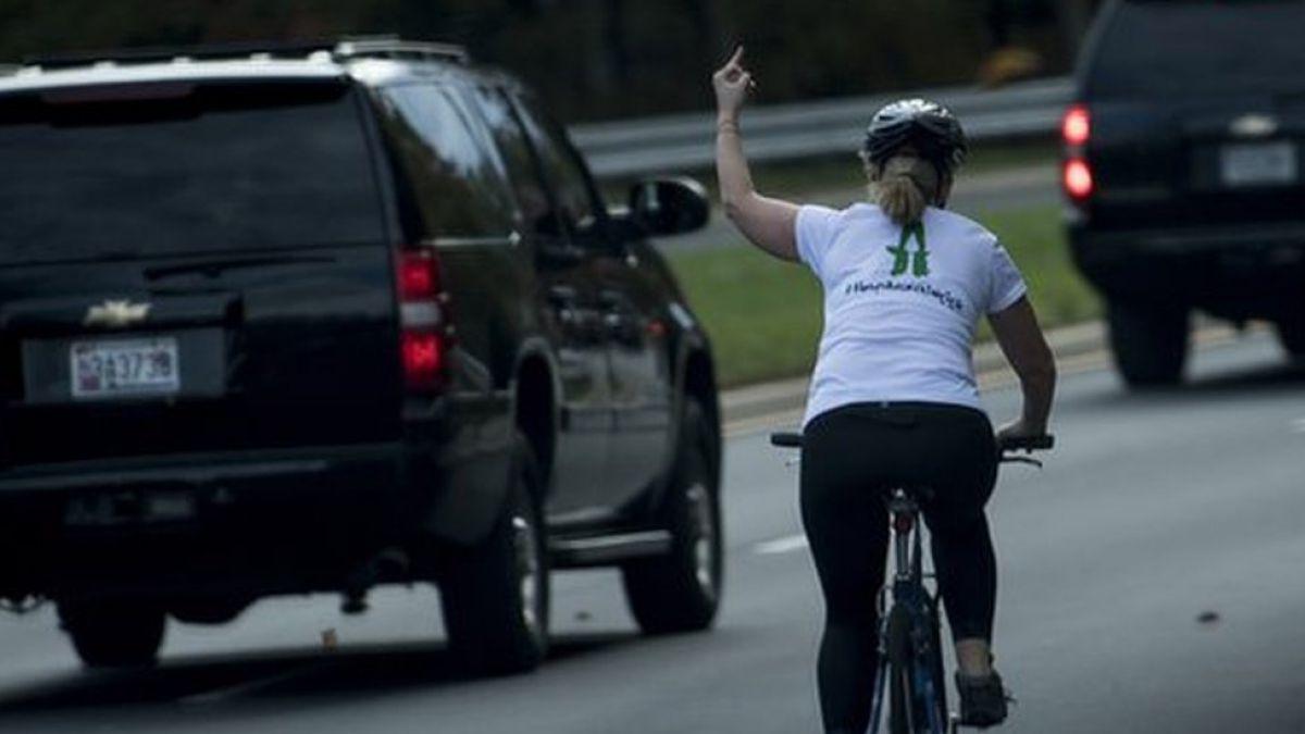 La mujer a la que despidieron de su trabajo por mostrar el dedo medio a Trump