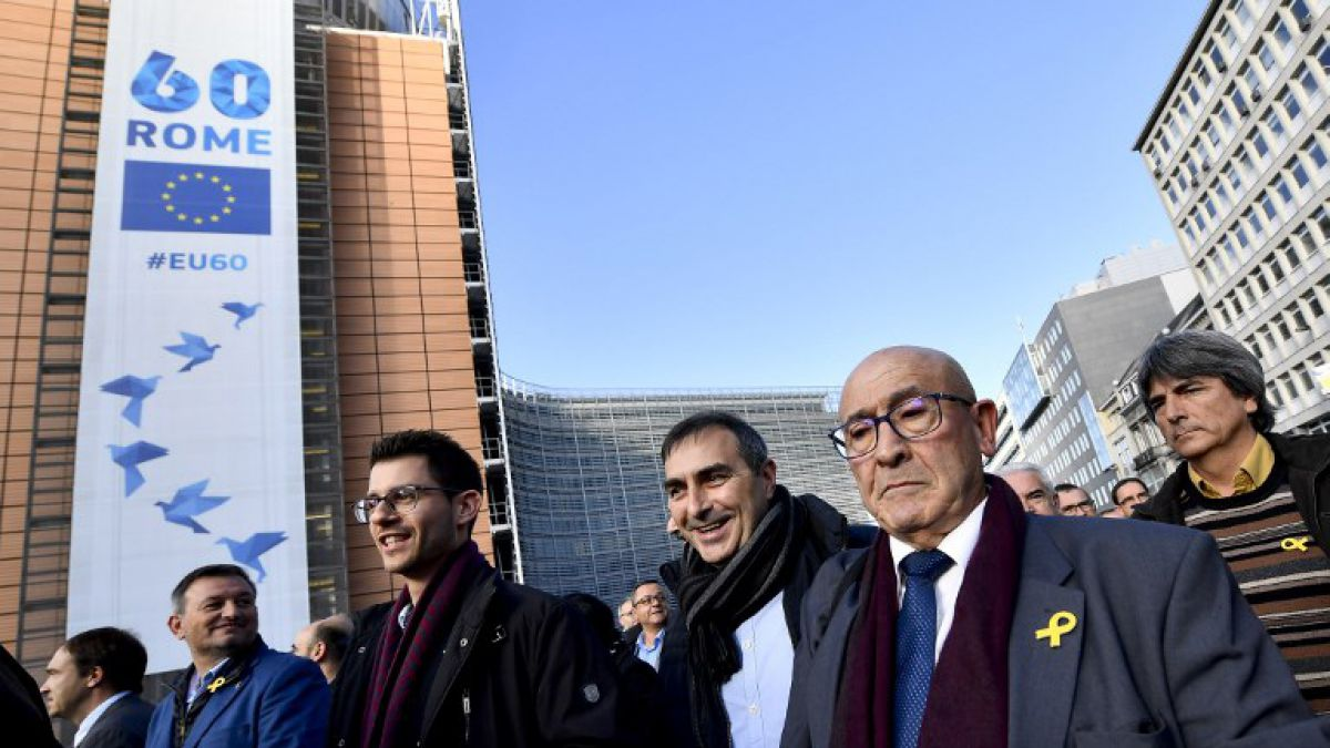 Unos 200 alcaldes catalanes reclaman en Bruselas libertad para presos políticos